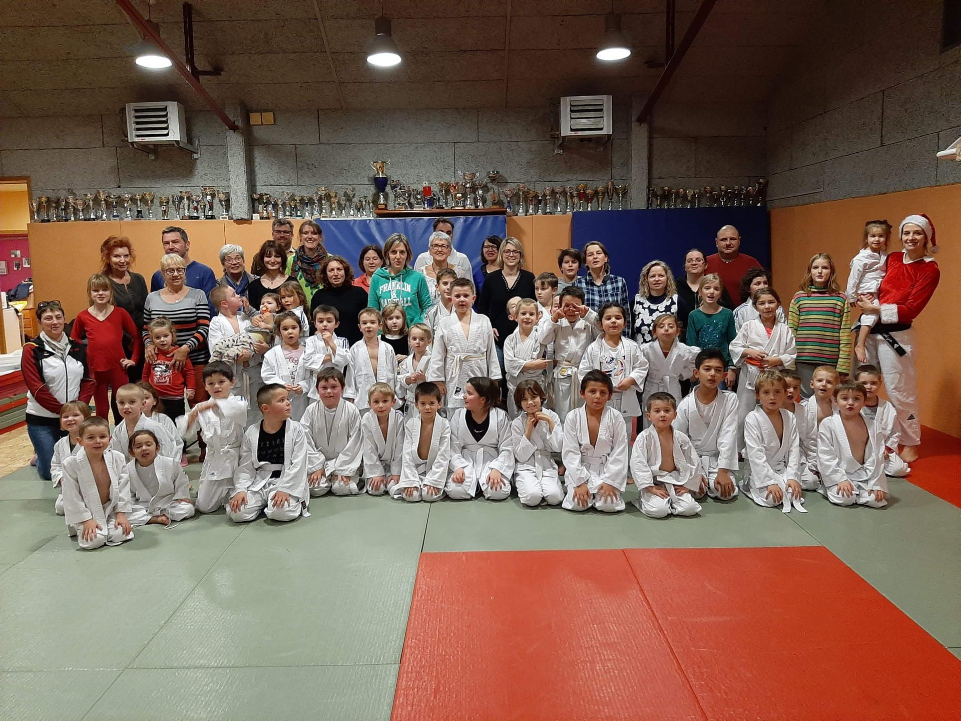 Seance de noel avec les eveils judo mini poussins et poussins